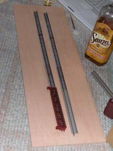ベースのベニヤ合板に線路を仮置き