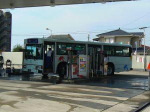 一般のガソリンスタンドで燃料を入れる鹿児島交通グループのバス