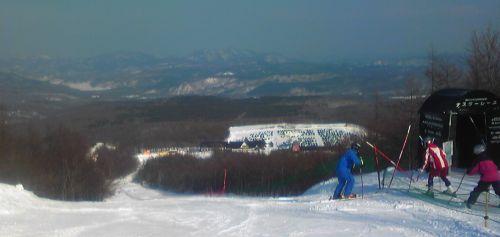 休日なのに埋まらないスキー場の駐車場