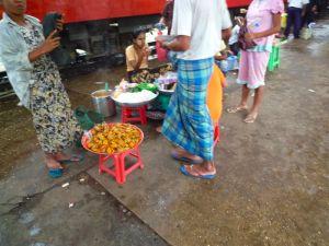 ヤンゴン駅のモヒンガー売り