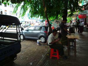 スイフト洗車中inヤンゴン