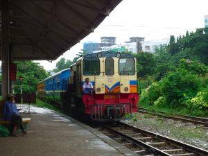 ヤンゴンの近郊列車