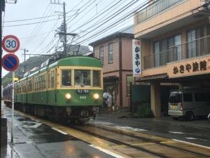 雨の電車通り