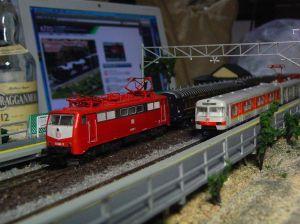 元旦記念画像。背景は鉄道模型メーカーKATOのサイト(モーモーラッピング)